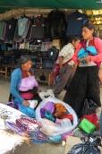 in der traditionellen Kleidung verkauft die Frau Tücher und Stoffe