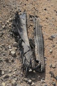 kaputte Reifen liegen überall am Strassenrand