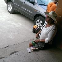 eine Geldwechslerin mit interessanter Aufmachung