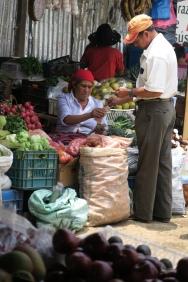 viel Gemüse und Früchte wird verkauft