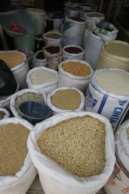 verschiedene Bohnen, Reis und Getreide