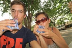 es ist heiss und wir trinken wie die Einhemischen aus kleinen Plastikbeuteln (ist viel günstiger als eine Flasche)