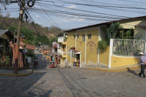 mit Pflastersteinen und farbigen Häuser