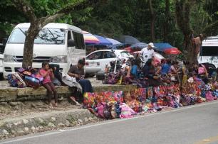 vor dem Eingang werden viele Andenken verkauft