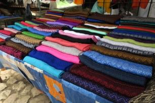 schöne Tücher werden am Touristenmarkt verkauft