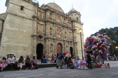 Am Marktplatz, farbige Balone werden vor der Kirche verkauft