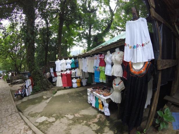 mexikanische Blusen und Röcke