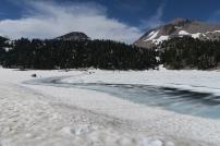 ein noch zugefrorer See