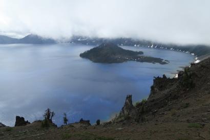 das klar blaue Wasser des Vulkankratersees