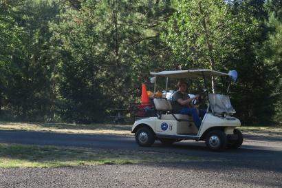 mit dem Golfwagen cruisen sie durch den Camping, oder mit dem riesigen Pick-up, aber gelaufen wird sicher nicht
