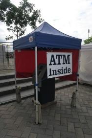 ATM überall und die Kreditkarten sind noch mehr verbreitet.