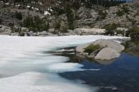 dieser Bergsee ist noch mit Eis bedeckt