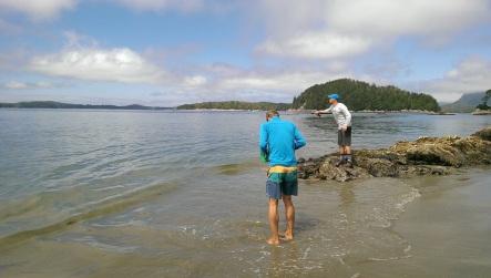 die zwei Jungs am Fischen in Tofino
