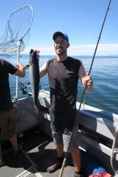 Christof zieht ein 6 kg Lachs aus dem Meer