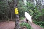 """das """"Portaging"""" gehört auch dazu, hier muss das Kanu gepuckelt werden"""
