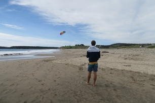 mit dem Mini-Kite am Strand bei Lunenburg