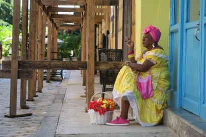 Eine Kubanerin als Fotomodell für Touristen
