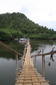 Die Holz-Hängebrücke die zum Fischerdorf führt