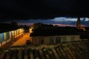 Sonnenuntergang mit dicken schwarzen Wolken